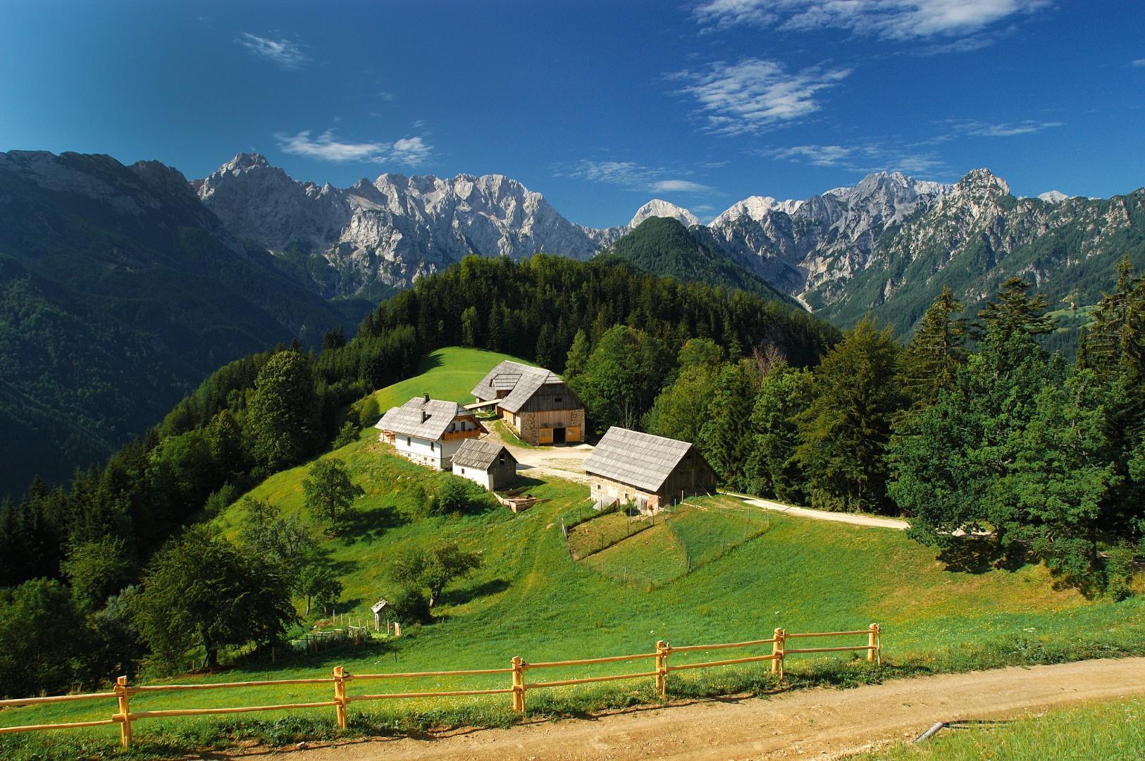 KlemenÁek_pogled-na-Logarsko-dolino-in-KamniÁko-Savinjske-Alpe_Savinjska-in-ÊaleÁka-dolina_Slovenia_arhiv-Rinka-Center_foto-T.-Jesenicnik